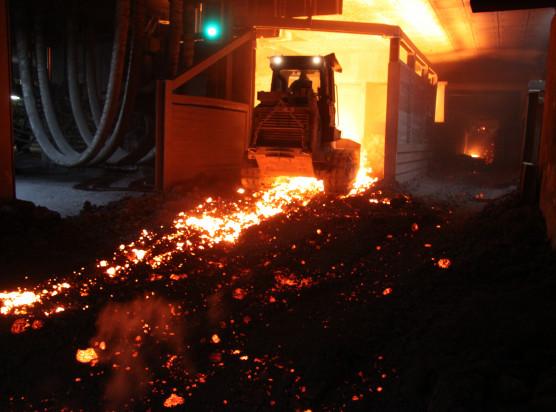 Beim Stahlwerk Peiner Träger in Peine arbeiten Cat Laderaupen vom Typ 973D am Limit: Sie laden glühend heiße Elektroofen-Schlacke, einem Nebenprodukt der Stahlproduktion.