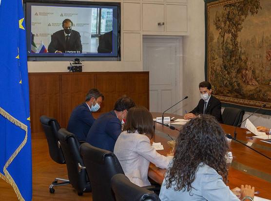 Der Vertrag für die Direktreduktionsanlage wurde am 1. September 2020 während einer virtuellen Pressekonferenz unterzeichnet, die an zwei Orten abgehalten wurde: im Ministerium für Industrie und Handel der Russischen Föderation und im Präsidentenpalast der Region Friaul-Julisch Venetien.